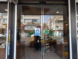 اتحادیه صنف قنادان کرج در اقدامی فرهنگی ،  پوسترهایی را با محتوای ضرورت استفاده از ماسک تهیه و بر روی درب های ورودی واحد های صنفی تحت پوشش نصب کرده است .