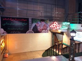 ویترین واحد های صنفی شهر کرج مزین شده با تصاویر شهید سردار قاسم سلیمانی